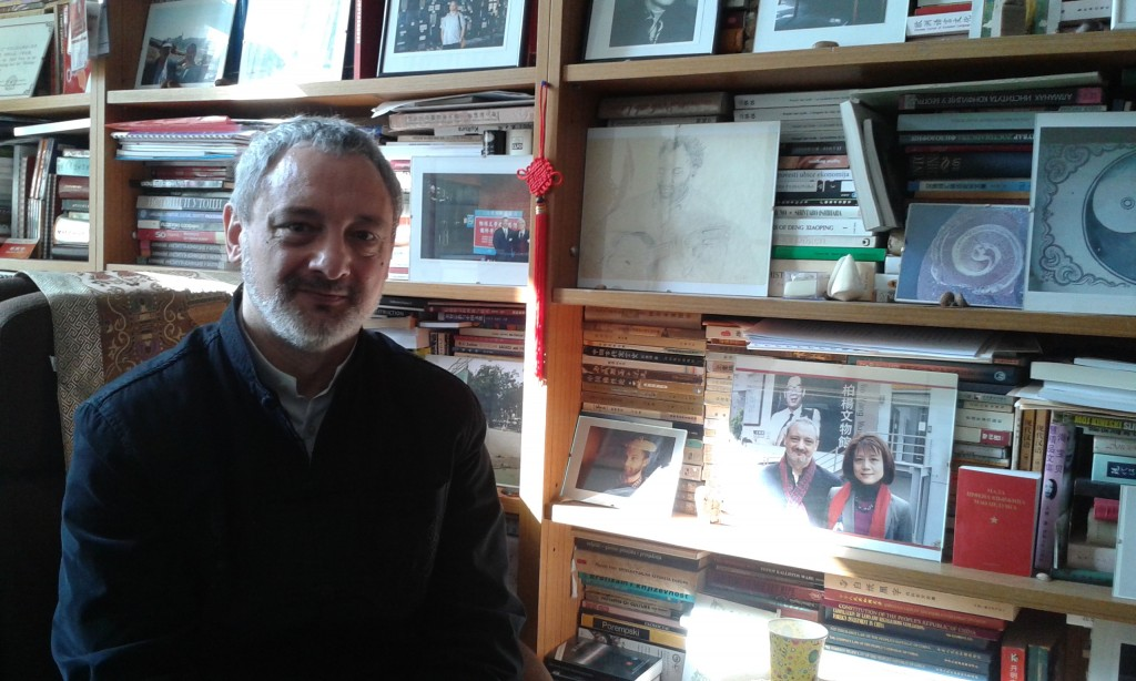 Le professeur Radosav Pušić, dans son bureau à l'université de Belgrade.