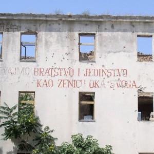 """La devise yougoslave """"Bratsvo i Jedinstvo"""", ou """"Unité et fraternité""""."""