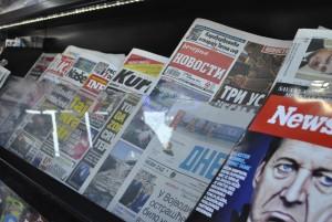 La presse quotidienne dans un kiosque, un matin de février 2015