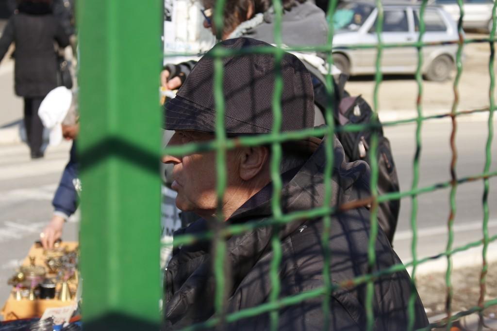 A l'extérieur du marché aux puces de Novi Beograd, les retraités installent des étales à la sauvette.