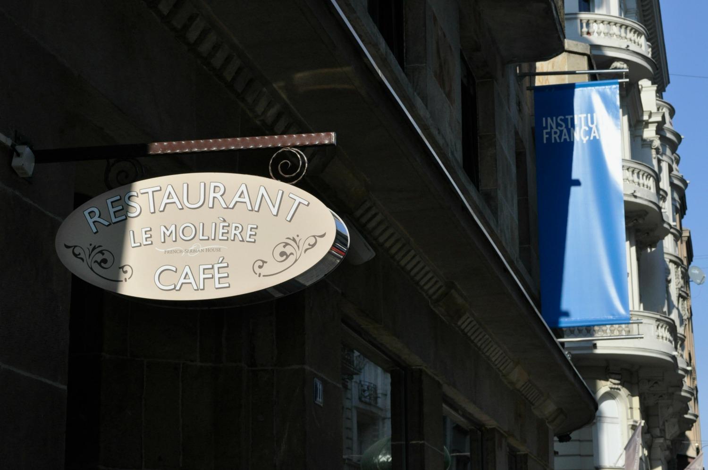 L'institut de français en plein centre de Belgrade côtoie un restaurant français. Dans n'importe quel café de la ville,  chansons de Stromae, Zaz ou Indila résonnent dans les salles.