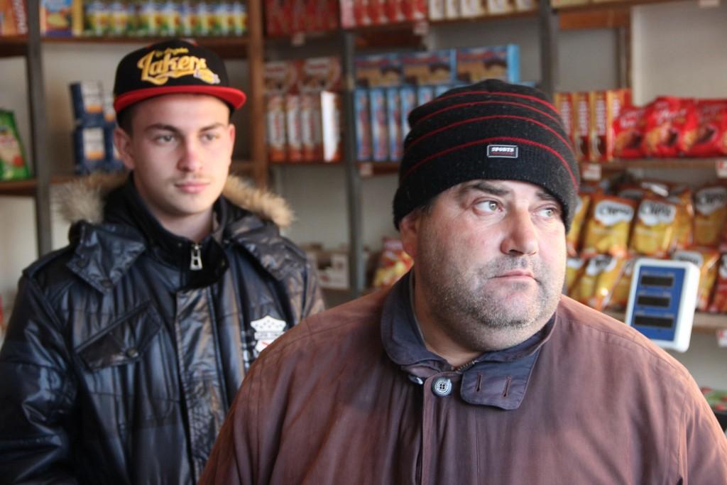 A Dobrosin, à la frontière avec le Kosovo, les hommes passent leur temps dans une épicerie aux rayons peu fournis