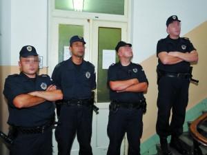 Les policiers devant le siège du journal Kurir, en 2008, à la suite d'une perquisition du journal.