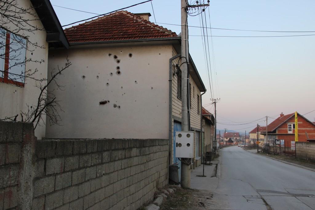Une maison dans le village de Rahovica porte encore les traces de la guerre
