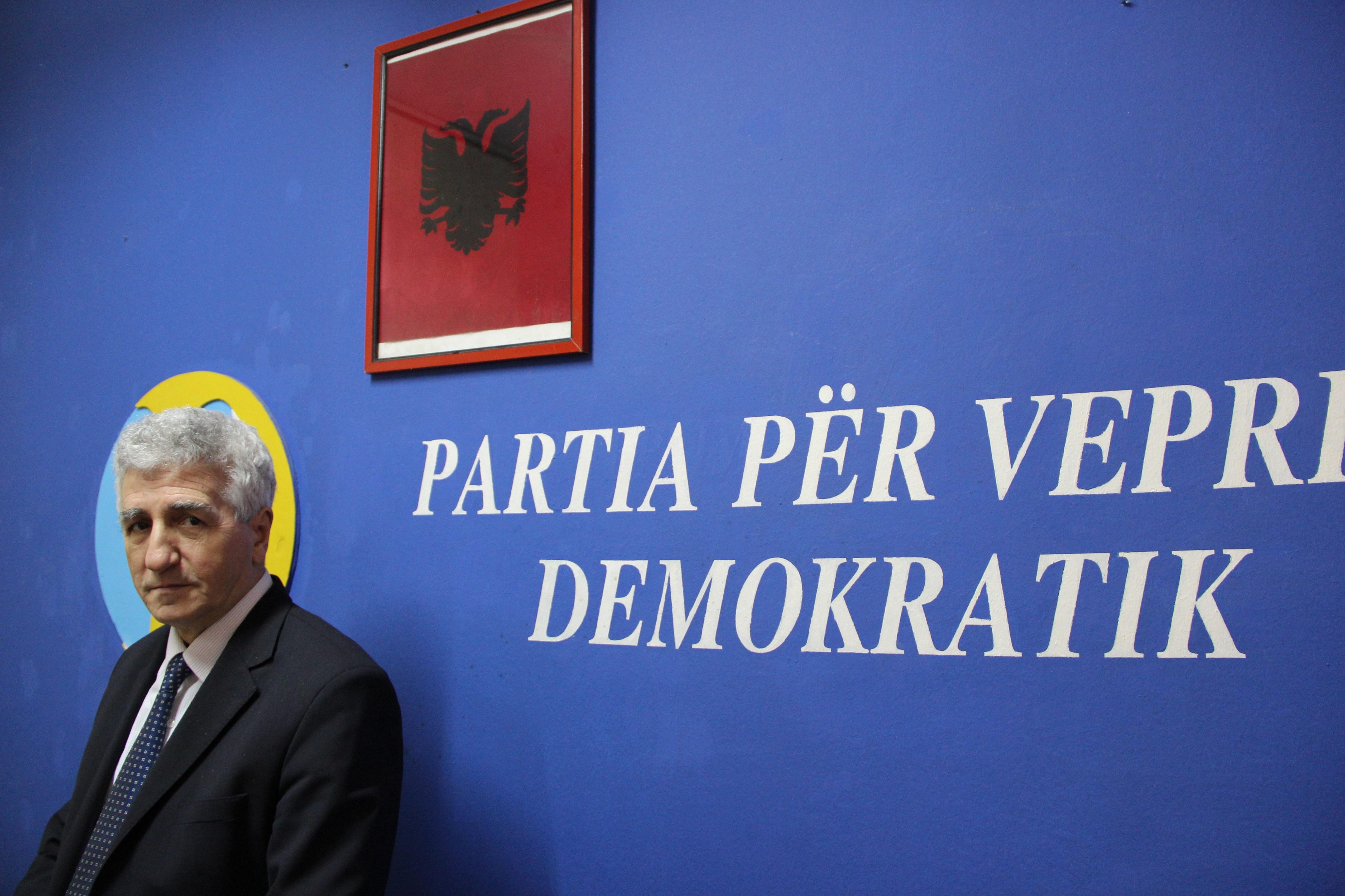 Riza Halimi est député du Parti d'action démocratique (PVD). Il est l'un des deux élus albanais du parlement serbe.