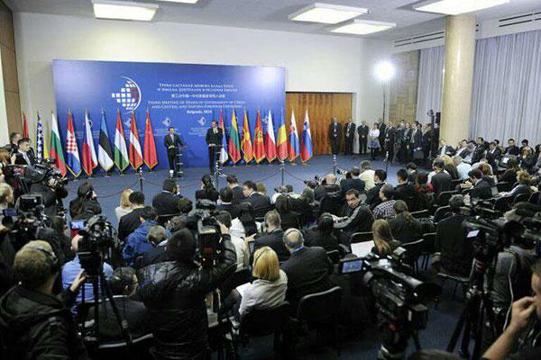 La presse devant Vucic, lors d'une conférence de presse commune avec le premier ministre chinois.
